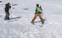 Garder ou pas les skis pour effectuer la recherche à l'aide du DVA, c'est un choix stratégique à adapter en fonction de la situation.